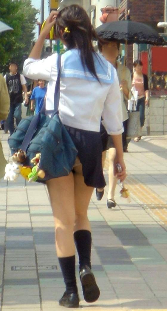 JKの制服が短すぎて自覚のないパンチラをしている子が大量発生中!www3枚目